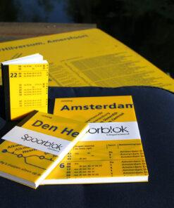 Spoorblok notitieboek gemaakt van gebruikte vertrekstaten. Deze schrijfblokken gemaakt van treintijdenborden van de trein stations worden handgemaakt in sociale werkplaatsen. Hier kan geen Moleskine tegenop.